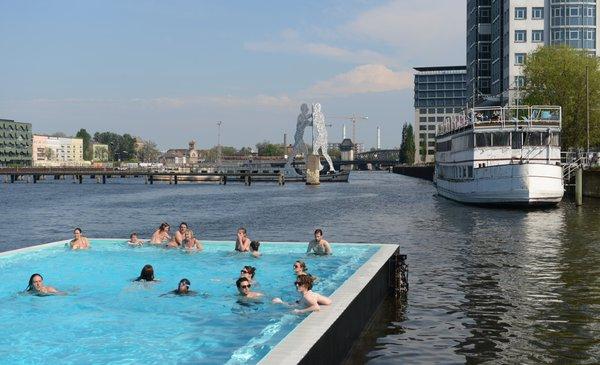 Anbaden am 1. Mai im Badeschiff - und danach steigt die Party in der Arena Treptow.   Foto: dpa/ picture-alliance