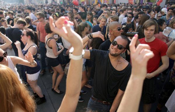 Ob Open Air oder im Club - Berlin bietet auch 2013 die unterschiedlichsten Tanz in den Mai Partys   Foto: dpa/ picture alliance