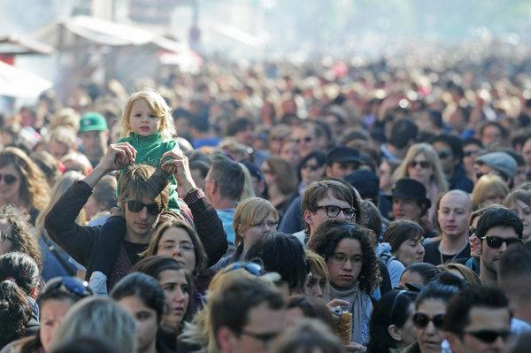 Auf dem Myfest in Kreuzberg können Erwachsene und Kinder friedlich den 1. Mai feiern.   Foto: dpa/ Picture-Alliance