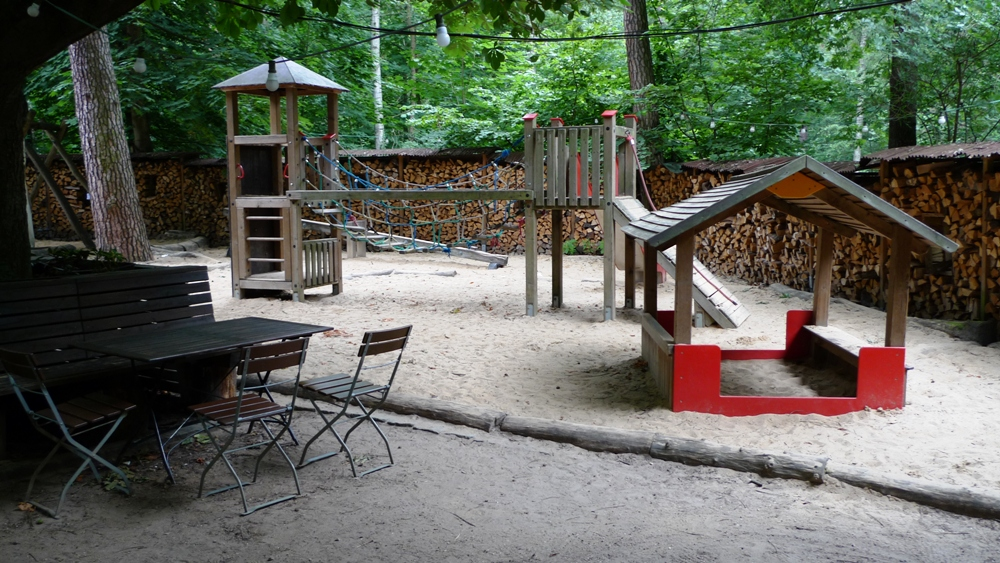spielplatz im biergarten des chalet suisse im grunewald foto chalet suisse top10 berlin blog. Black Bedroom Furniture Sets. Home Design Ideas