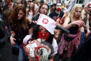 zombie flash mob mit kostümierten menschen