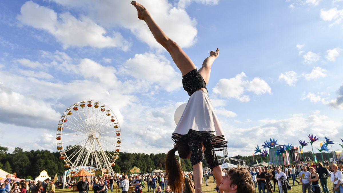 Artisten vor dem Riesenrad beim Lollapallooza Festival in Berlin